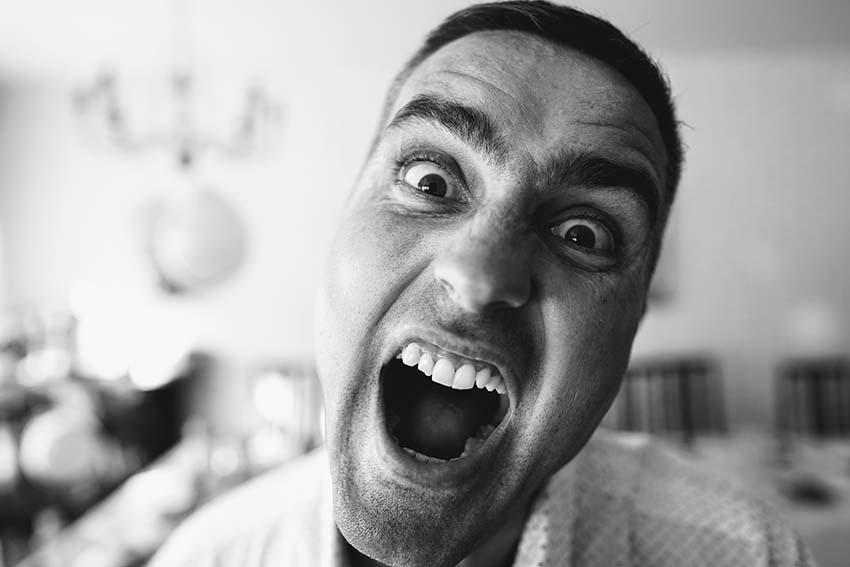 متاسفانه نمیتوان دلیل خاصی برای سندروم سوزش دهان تعیین کرد و همین مسئله درمان را مشکل میکند.