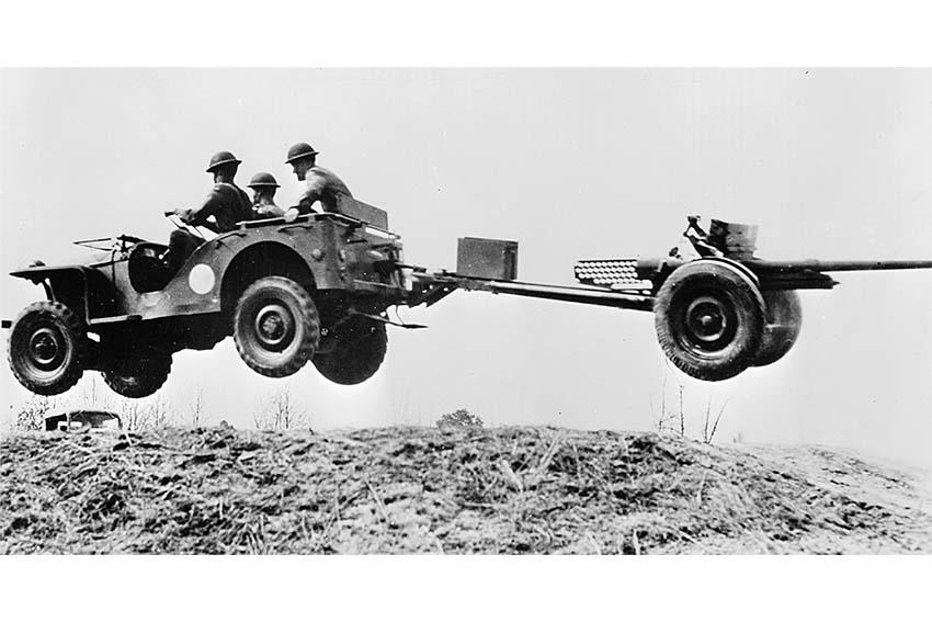 در طی جنگ جهانی دوم، بیش از ۸۰،۰۰۰ سرباز به کیست پیلونیدال یا کیست مویی دچار شدند که عقیده بر این بود که علت آن تحریک شدن دائم پوست ناحیه دنبالچه، ناشی از سوار شدن در جیپ در راههای ناهموار بود. به همین دلیل این بیماری یه نام بیماری رانندگان جیپ، نامیده شد.