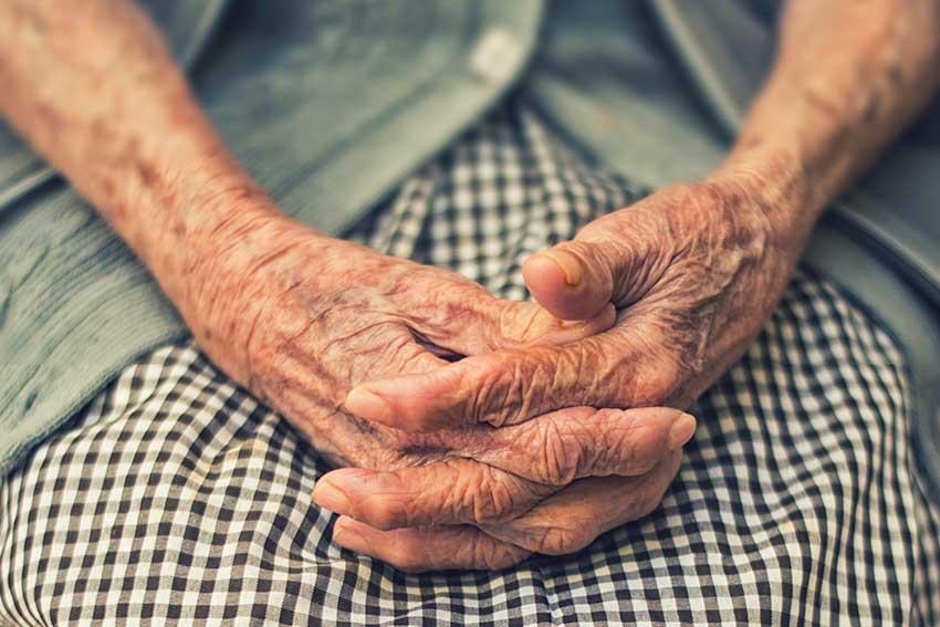 آرتروز در افراد ۶۵ ساله یا مسنتر شایعتر است.