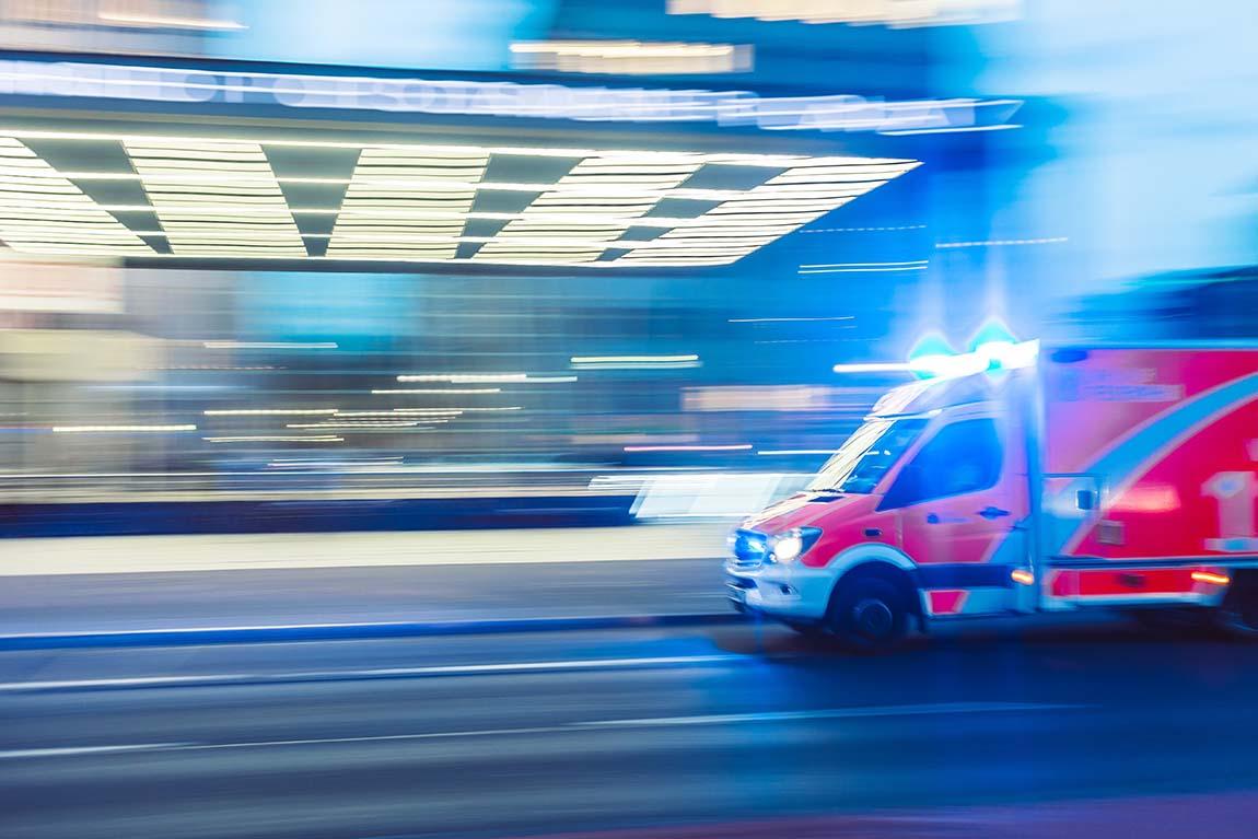 اگر اولین تشنج شخص باشد، تشنج در بارداری یا دیابت اتفاق بیفتد یا اگر فرد مجروح شده است، برای دریافت کمک با اورژانس تماس بگیرید. اگر تشنج بیش از پنج دقیقه طول بکشد یا پس از پایان تشنج فرد به هوش نیاید لازم است که ۱۱۵ را خبر کنید
