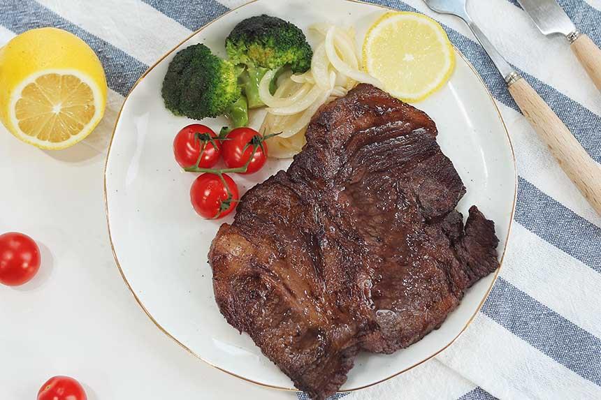 غذاهای پروتئیندار مانند گوشت، بخش عمدهای از رژیم غذایی کتوژنیک را تشکیل میدهند.