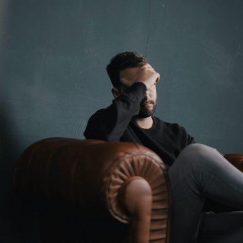 سردرد میگرنی یا میگرن، نتیجه تغییرات فیزیولوژیک خاصی است که درون مغز اتفاق میافتد و منجر به درد مشخصی شده و با علائم خاصی همراه میشود.