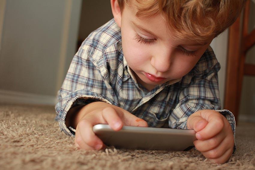 کارشناسان پیشنهاد میکنند تا زمانی که فرزندتان رفتار مناسب را درک کند، برای او قوانینی در مورد آنچه مجاز و آنچه غیرمجاز است، توضیح دهید.