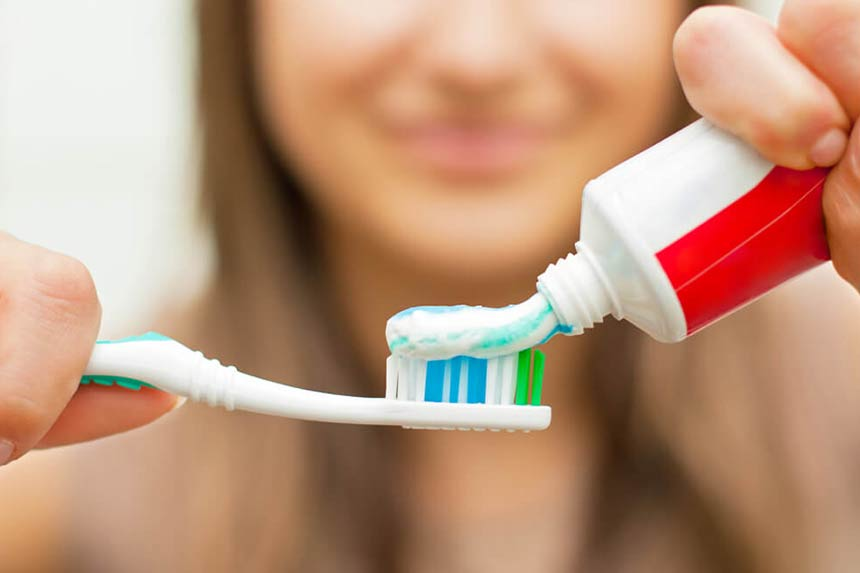 مسواک زدن برای رفع بوی بد دهان